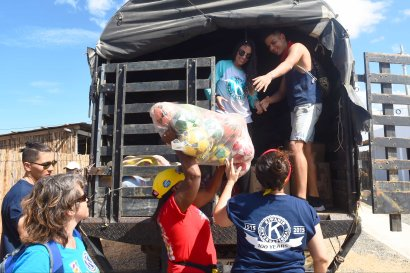 Members form Kiwanis foundation unload toys at a Christmas event where members of Kiwanis Foundation gave away gifts to Wayuu kids at the Manhanaim Rancheria in Cabo de la Vela, Guajira department, Colombia, on December 23, 2017. Photo by Joaquin Sarmiento